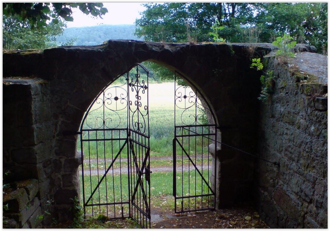 Tor der Kirchenruine Alt-Rhoden
